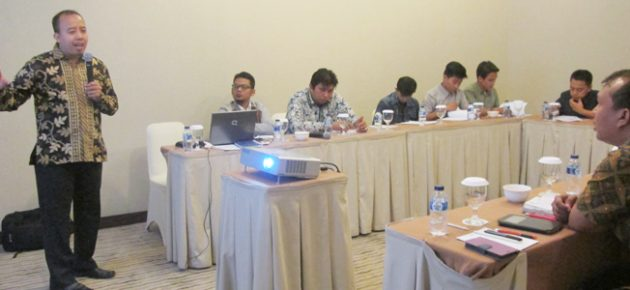 """Dr. Hakimul Batih and IIEE staff presented at the Workshop on Surveyor Training for the project on """"Survey on Household Use of Energy-Efficient Light Bulbs"""" in Medan, North Sumatera"""